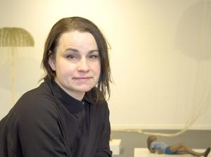 Assa Kauppi arbetar ofta med skulptursviter med berättande innehåll.