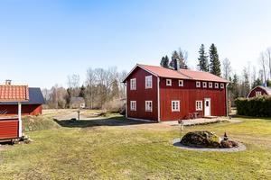 Foto: Tomas Arvidsson/ Bostadsfotograferna. En gammal mangårdsbyggnad i Hagaby är till salu.