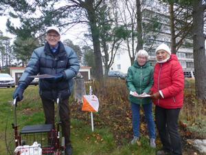 Sonja Åkerström, Gull-Maj Persson och Sune Molarin vid en av kontrollerna. Bild: Maj-Britt Norlander.
