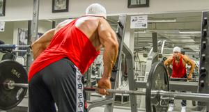 Mattias tränar på två olika gym i Köping och ett i Västerås. Han är kriminalvårdare by night och bodybuilder by day.
