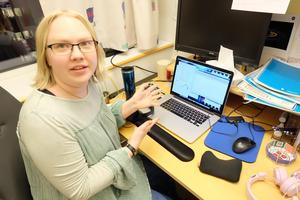 Elin spenderar många timmar framför sin dator. Där  analyserar hon observationer från MMS (Magnetospheric MultiScale) mission, vilket är fyra satelliter från NASA som åker runt jorden.