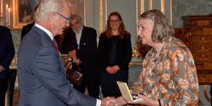 Prins Eugen-medaljen instiftades av konung Gustaf V i samband med hertigen av Närke prins Eugens 80-årsdag 1945. Här delades medaljen ut av kung Carl XVI Gustaf till textilkonstnär Margareta Hallek för framstående konstnärlig verksamhet 2018. Foto: Jonas Ekströmer/TT