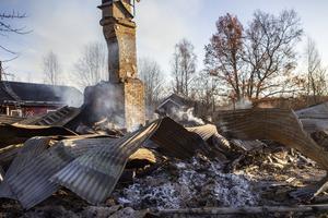Det rykte fortfarande från huset på fredagsförmiddagen. Grannen Kaj Strandlund ska hålla uppsikt över husresterna under eftermiddagen, så branden inte startar igen.