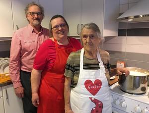 Elisabeth Fernlund, i mitten, är husmor på Mariagården. På julafton tog hon med sig både maken Nils och mor Gerd till arbetsplatsen. Och därmed en garanterat god julgröt.