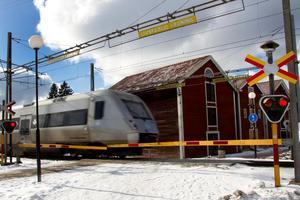 Längs med den norrländska kusten sträcker sig ostkustbanan, en enkelspårig järnväg och bromskloss för hela Norrlandsregionen, skriver debattförfattarna.