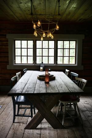 Inredningen hemma hos Kalle är väl genomtänkt och minimalistiskt.