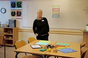 Monica Persson är förstelärare i klass 4 till 6 på Skogstorpsskolan. Hon använder många hjälpmedel i undervisningen och använder sig av olika färger för att tydliggöra.