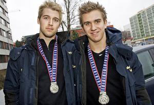Bulan och Mickis med silvermedaljerna efter junior-VM 2008.