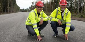 Allan Trenter och Tommy Karlsson på den nya vägen in till Sika där det lagts asfalt gjord på restprodukter från gammal asfalt.