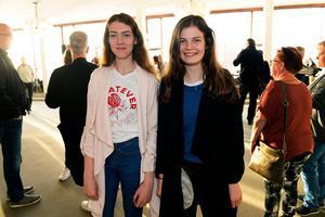 Systrarna Elwira och Linnea Hansson lyssnar ofta på Abba.