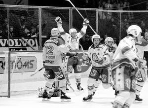 Peo Carlsson jublar efter Leksands tröstmål i den fjärde SM-finalmatchen mot Djurgården den 19 mars 1989. Det är senaste gången Leksand spelade SM-final, men i år kan det vara dags igen, tror Sportens krönikör, Thomas Lind. Foto: Bildbyrån