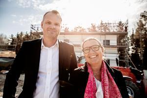 Jimmy Örnklint och Eva Morenius framför ett av två hus som är under uppförande i Sundborn. Husen byggs som tolv lägenheter och resterande som parhus.