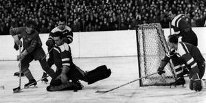 VM i Stockholm 1949 gjorde Sverige till ett ishockeytokigt land. Tjeckoslovakien vann mästerskapet efter att ha besegrat Sverige med 3-0 i en avgörande match. I slutändan blev Sverige fyra, efter tvåan Kanada och trean USA.
