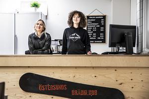 Olivia Ericsson och Ingela Magalhães Jonsson håller i onsdagskvällarnas skateboard för tjejer och icke binära.