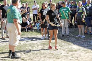 Foto från deltävling 1 i kommunkampen. Linda Svahn gör sig redo för första skottet mot piltavlan i kommunkampen Lindesberg-Nora i bågskytte. Bågskytten Göran Bjärendahl ger några sista tips.