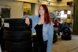 Jennie är också nyutbildad frisör men jobbar just nu som maskinförare på Truck service i Avesta.