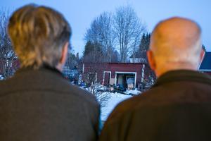 Det äldre paret såg polisen beslagta mellan 10 och 15 tunnor.