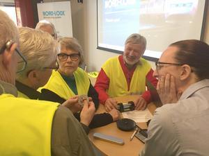På bilden ser vi Olle Edlund, Åke Nordenberg, Kerstin Englund och Göte Hällestrand som pratar med Kajsa Rasmusson, Nord-Lock. Foto: Per Söderberg