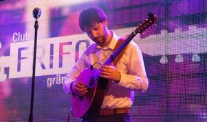 Kristian Wolski spelar cittern, ett äldre lutinstrument som hade gitarren plats i det folkliga bruket fram till 1800-talet.
