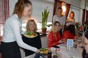 Anna-Lena Östberg och Elin Eliasson blir serverade varmrätten av Alice Skoglund, Wilma Edh och Elin Andersson.
