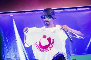 På sin efterfest på Bryggeriet i Göteborg signerade den världskände artisten Snoop Dogg i augusti 2014 en T-shirt med trycket A demand for action. Sedan, efter att ha blivit informerad om proteströrelsens arbete, höll han upp tröjan för fotografering. – Det ger en enorm kraft när kändisar som Snoop Dogg håller upp en ADFA-tröja sådär, säger Nuri Kino. Foto: Robin Aron
