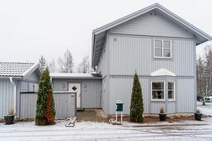 Tvåplansvilla i Masugnen. Sjöläge vid Runn med egen båtplats, gemensam brygga och badplats. Ett rymligt boende. Foto:  SkandiaMäklarna Falun, Jona Granath.