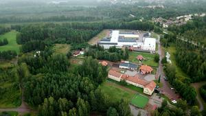 Den gula byggnaden i förgrunden är Bjäknebackens skola och de vita byggnaderna är Moraknivs lokaler.