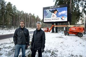 Per Hagdahl och Björn Carlborg är nöjda med den nya tavlan.
