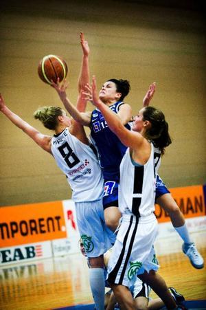 Jämtlands Camilla Fagerberg sänkte åtta poäng i den spelmässigt svajiga premiären.   Foto: Robert Henriksson
