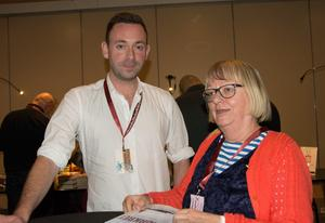 Ragnar Jonasson signerar åt Ingalill Eriksson vid författarkvällen. Den enda av hans hittills nio böcker som översatts till svenska så här långt heter