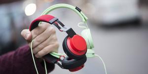 Mannen har stulit hörlurar vid två olika tillfällen.
