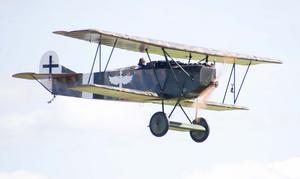 Mikael Carlson i sin egenhändigt byggda Fokker D.VII med rötterna från 1917. Foto: Mikael Forslund
