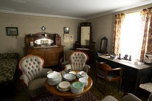 I salen finns det allt möjligt från stora möbler till små brevknivar.