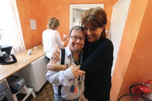 Eric Hansen och Ingela Pihlström kramar varandra efter glädjebeskedet.- Det är fantastiskt och oerhört bra om det inte blir det inte någon nedläggning, säger Ingela.