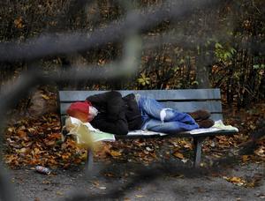 Enligt socialtjänsten bor det 23 hemlösa personer i Norrtälje kommun. Om ett halvår är vintern tillbaka. Ska det finnas tak över huvudet för alla kommunens invånare då så krävs det handling nu, skriver Hanna Stymne Bratt. Foto: Bertil Ericson, TT.