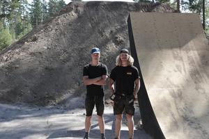 Tobias Jangmo t.v. och William Stomberg har tillsammans med en grävmaskinist jobbat stenhårt under två veckor för att få klart banan.