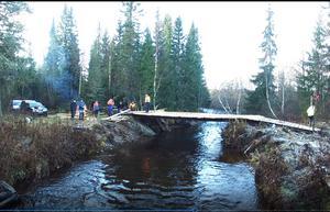 Drygt sex meter lång blev den nya bron.