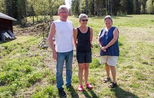 Både Mats och Birgitta Olsson och Ingrid Fredlund avstår från att gå i skogen, då det finns så mycket björn i byn.