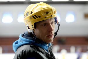 Tony Croon är ungdomsledare både i ishockey och fotboll.