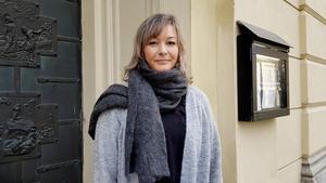 Malin Wester Fröst står vid porten till S:ta Ragnhilds kyrka där hon döptes 1969. På allhelgonahelgen 2019 sjöng hon i samma kyrka.