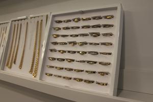 Många kommer in för att titta på smycken. Det som finns i butiken har varit ute till auktion men inte blivit sålt. Här får de en andra chans.