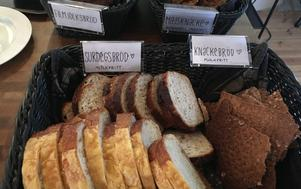 Det goda brödet får man ta så mycket man vill av till dagens soppa och det bakas i huset.