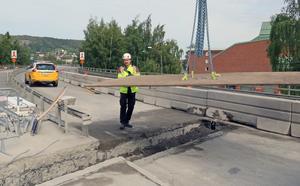 Markus Bergman justerar in de två ton tunga järnplåtar som bilisterna ska köra över i avvaktan på den nya broskarven.