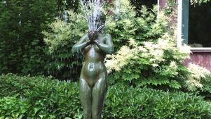 Så här såg skulpturen ut sommaren 2016 då vattnet strömmade från den. Nu är den alltså nedsågad och stulen.