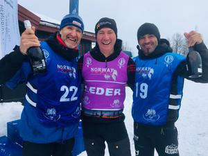 Egil Ellis firar placeringen med Tom Andres och Iker Ozkoidei under första dagen i Norway Trail.