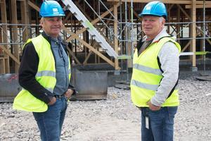 Joe Lönngren och Christer Ladänges kan konstatera att nya Fölet blir en mäktig byggnad. Det är Christer som har ritat huset.