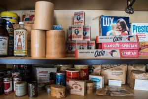 Obrutna förpackningar med toalettpapper och andra spännande saker finns att beskåda på hyllorna.