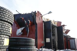 Taket bröts bort för att kunna bekämpa branden på torsdagen.