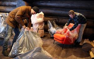 Uppackning av de nya möblerna. André och Michel vill inte ha dalahästar och kurbits i inredningen.