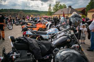 Motorcyklarna är uppställda efter kortegen, och förarna minglar runt.